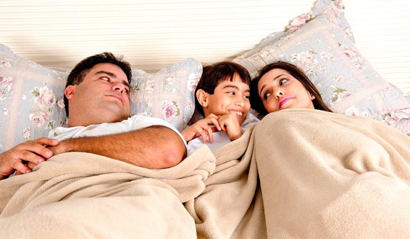 Tirando a criança da cama dos pais
